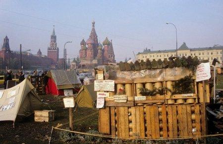 Палаточный лагерь у стен Кремля
